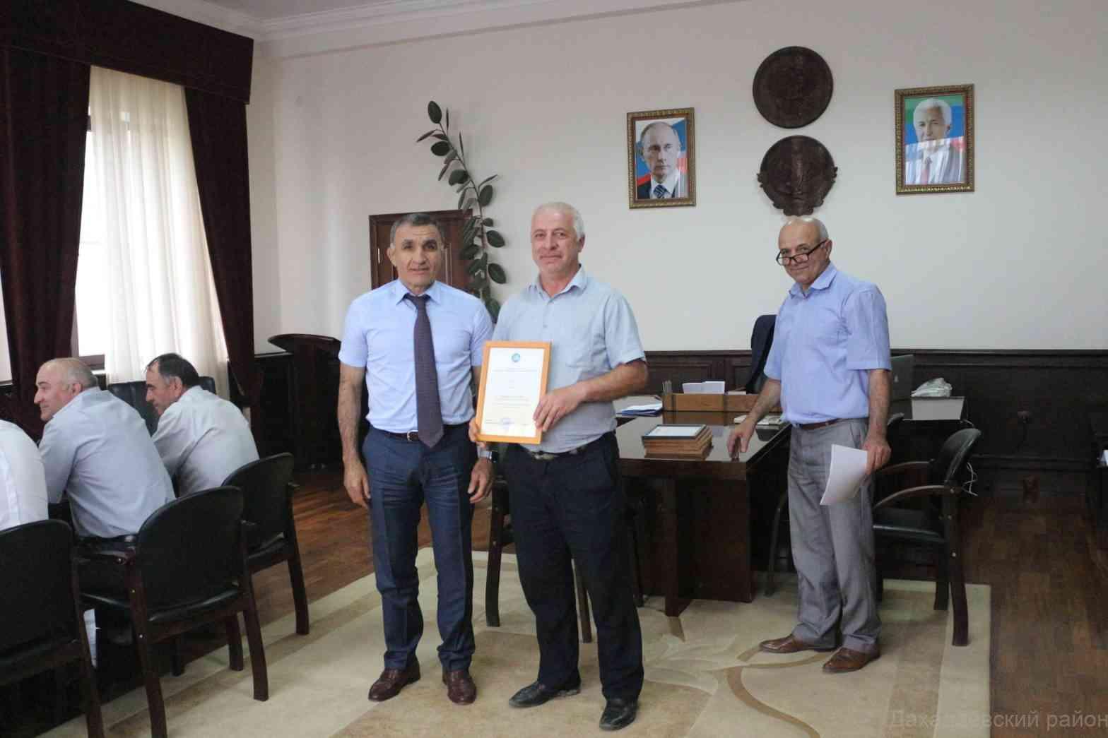 Джарулла Омаров наградил специалистов, достигших высоких результатов в сфере образования.