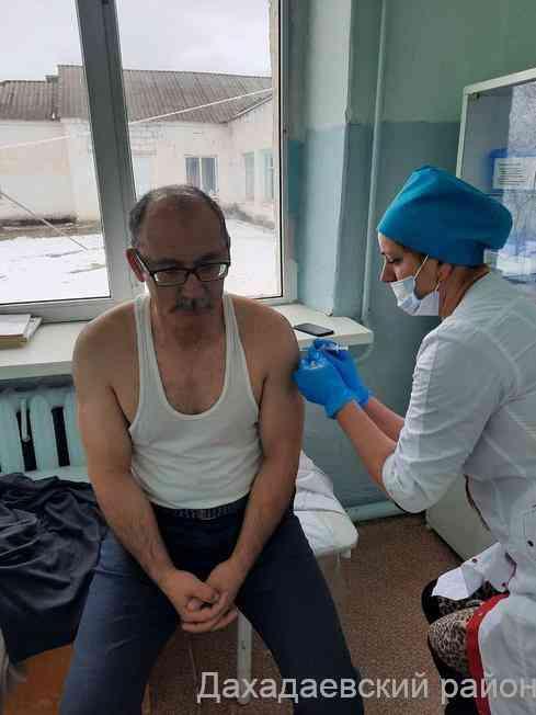 Врачи Дахадаевского района начали прививаться от коронавируса
