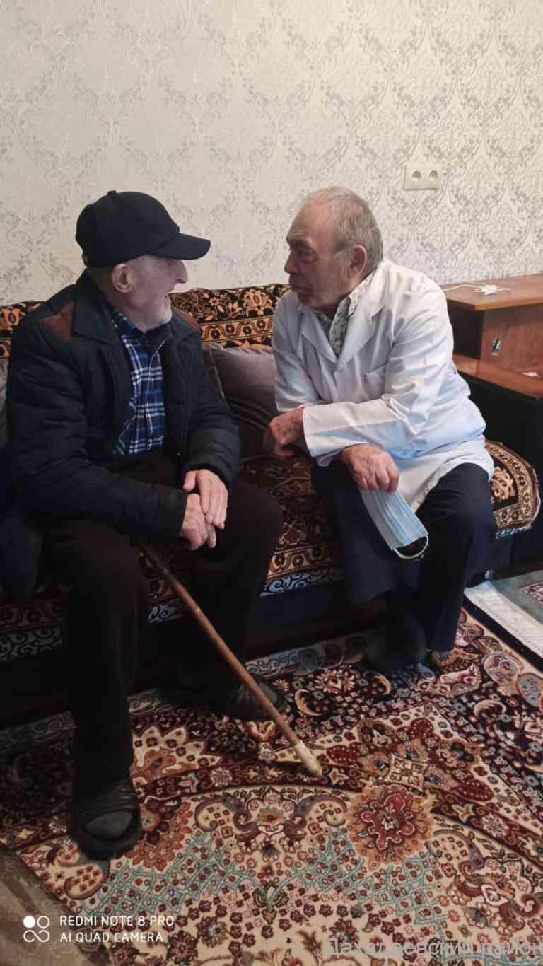 Медики Дахадаевского района посетили ветерана на дому